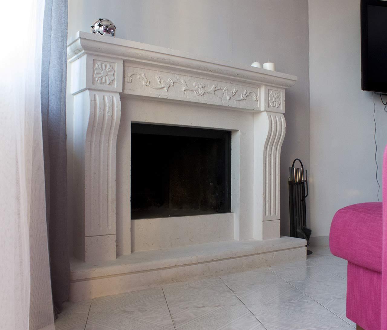 Camino a parete modello Amalfi parsonalizzato in bianco perlino levigata