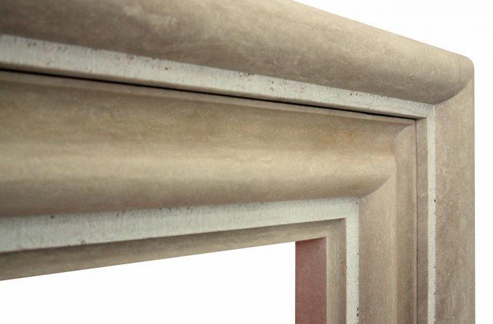 Particolare camino cornice in pietra travertino di Tivoli levigata e scalpellata.