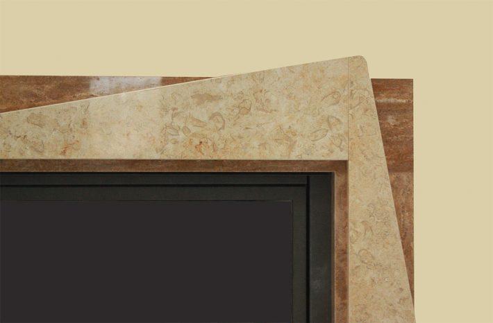 Particolare camino cornice in pietra giallo Gerusalemme e travertino di Gesualdo lucida.