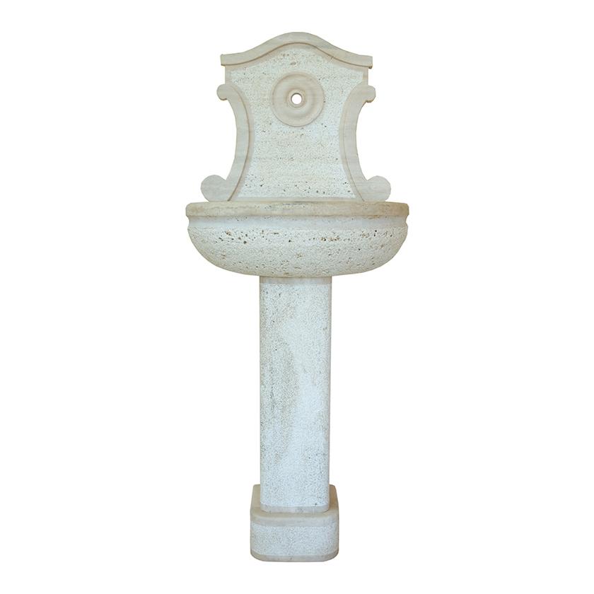 Fontana in travertino di Tivoli.