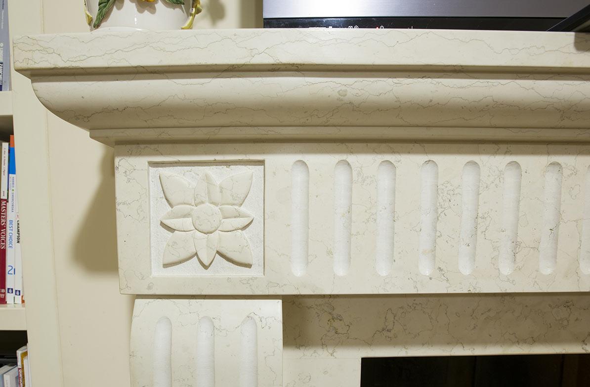 Particolare camino a parete modello Amalfi in bianco perlino levigata