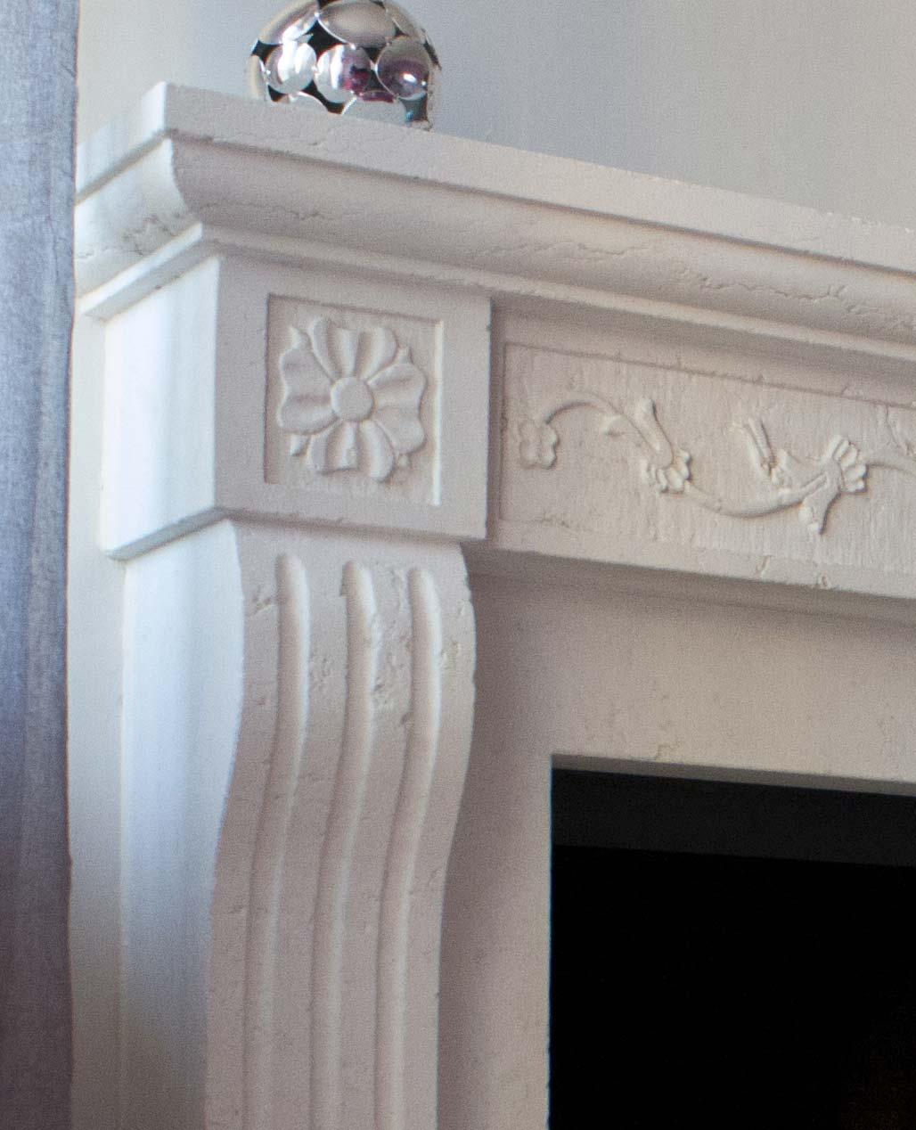 Particolare camino a parete modello Amalfi parsonalizzato in bianco perlino levigata