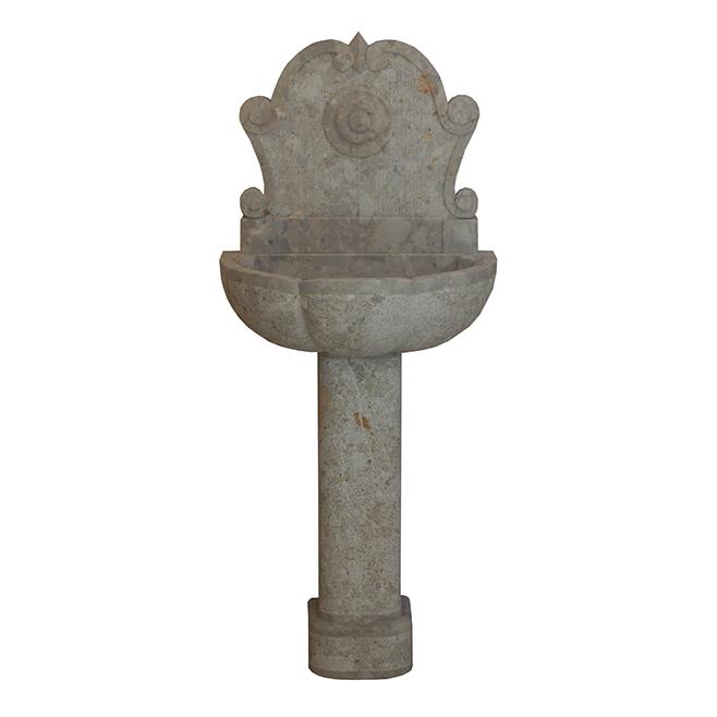 Fontana in pietra breccia Irpina scalpellata e bocciardata.