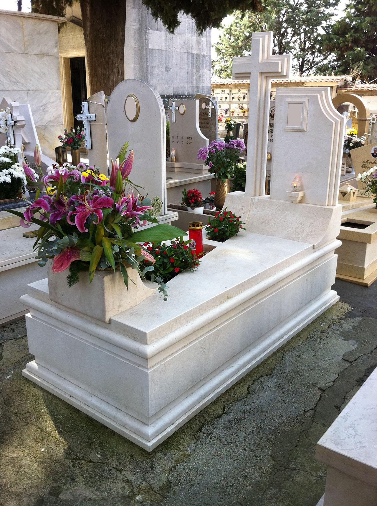 Monumentino Funerario in pietra Bianco Veselye levigato.
