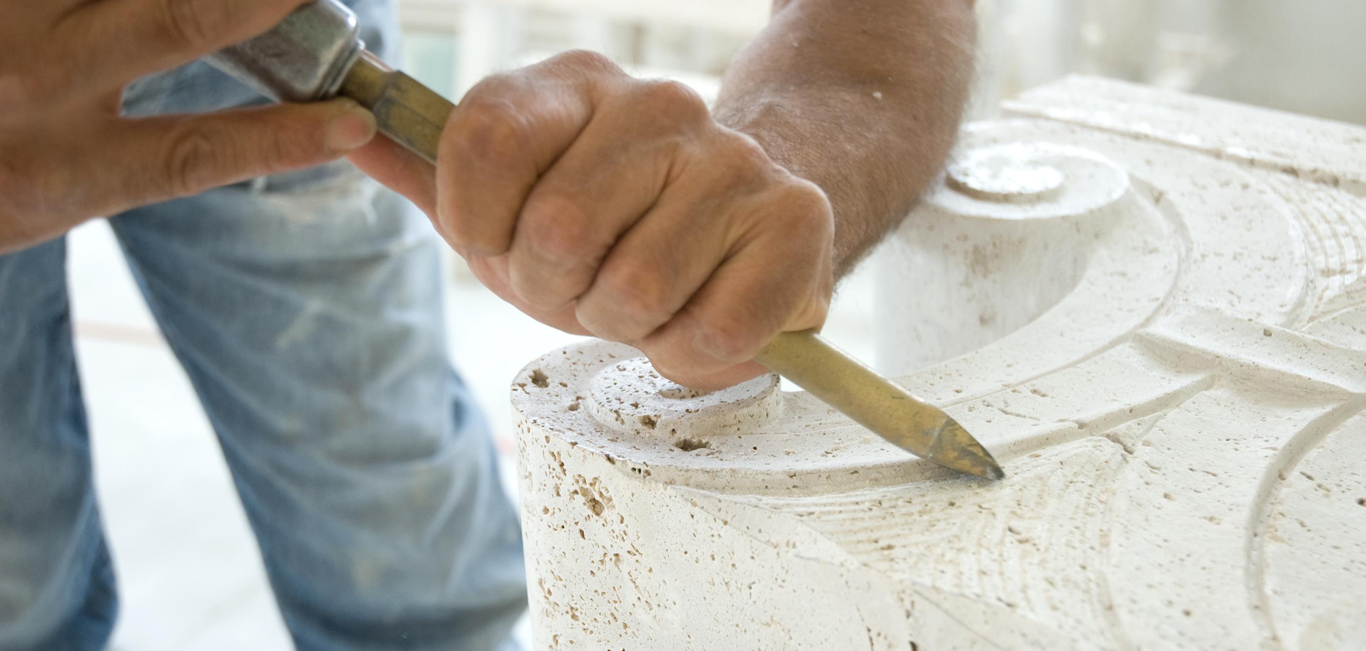 Lavorazione a mano martello e scalpello