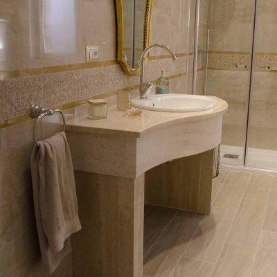 Mobile bagno in travertino di Tivoli